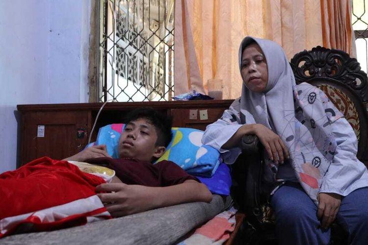 Achmad Syawaludin Akbar (terbaring di ranjang), bocah kelas IV sekolah dasar yang tidak bisa buang hajat lewat lubang anus usai operasi pada alat vitalnya. Bersama ibu dan saudanya, Akbar numpang tinggal di rumah kerabatnya, di Desa Cukir, Kecamatan Diwek, Kabupaten Jombang, Jawa Timur.