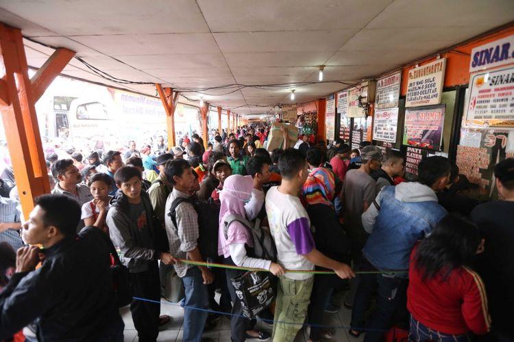 Para pemudik antre untuk membeli tiket bus di Terminal Kalideres, Jakarta Barat, Kamis (22/6/2017). Puncak arus mudik di Terminal Kalideres diperkirakan pada 23 Juni mendatang