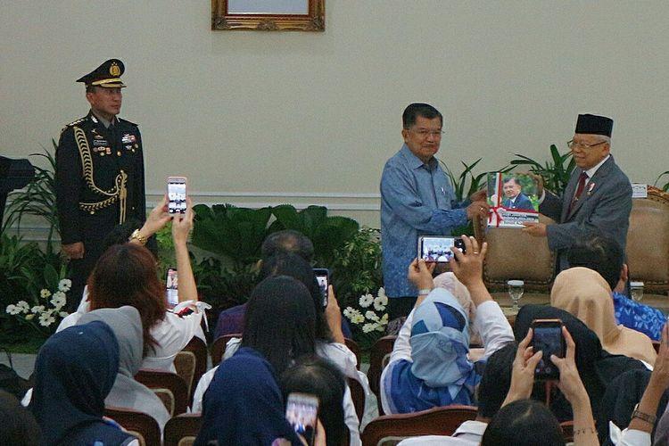 Wakil Presiden Maruf Amin menerima penyerahan memori jabatan dari Wakil Presiden ke-10 dan 12 Jusuf Kalla di Istana Wakil Presiden, Jakarta, Senin (21/10/2019)