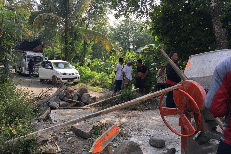 Jalan yang diblokir warga usai diperbaiki secara swadaya di wilayah Sidengen, Ngadiharjo, Borobudur, Kabupaten Magelang, Sabtu (4/11/2017).