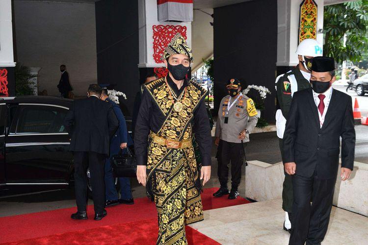 Presiden Joko Widodo mengenakan baju adat dari Pulau Sabu Nusa Tenggara Timur saat memberikan pidato dalam rangka penyampaian laporan kinerja lembaga-lembaga negara dan pidato dalam rangka HUT ke-75 Kemerdekaan RI pada acara sidang Tahunan MPR dan Sidang bersama DPR-DPD di Komplek Parlemen, Senayan, Jakarta Pusat, Kamis (14/8/2020).