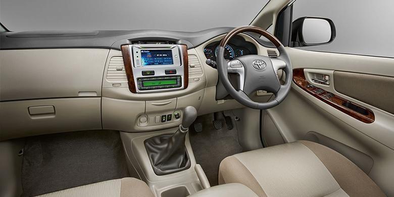 Interior Toyota Innova.
