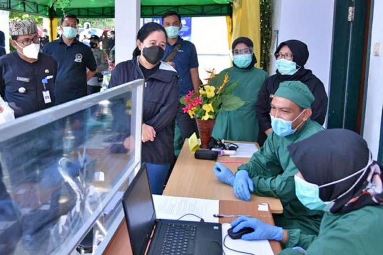 Ketua Dewan Perwakilan Rakyat (DPR) Republik Indonesia (RI) Puan Maharani saat meninjau pelaksanaan vaksinasi di Puskesmas Kabat, Banyuwangi, Jawa Timur, Selasa (2/3/2021).