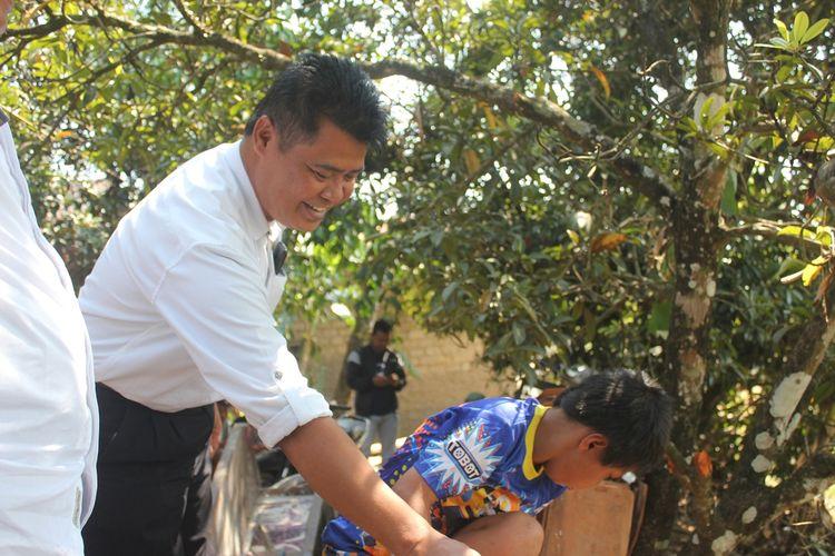 Perangkat desa dan kecamatan setempat memantau aktivitas RMY (11), bocah asal Kampung Condre, Desa Babakansari, Kecamatan Sukaluyu, Kabupaten Cianjur, Jawa Barat yang punya perilaku tak lazim dalam memperlakukan binatang.