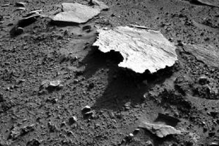 Batu di Mars dengan bentuk mirip Australia.