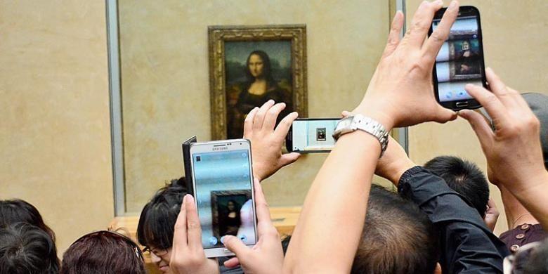 Mona Lisa memang lukisan kecil, tetapi mengunjungi Museum Louvre tanpa menyapanya, belum ke Paris.