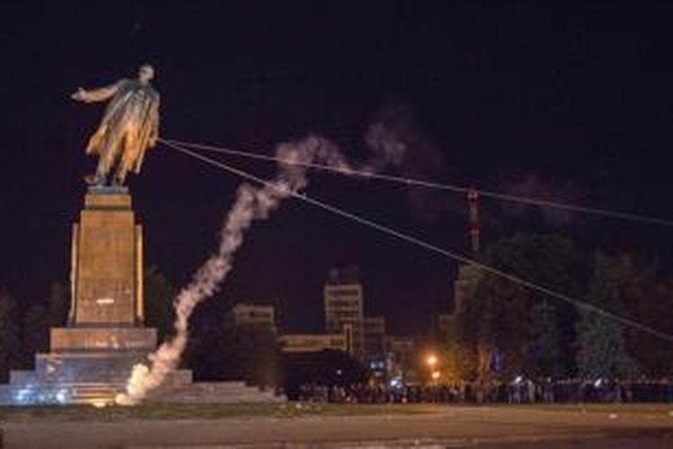 Pengunjuk rasa pro-Ukraina merubuhkan patung Vladimir Lenin di kota Kharkiv.