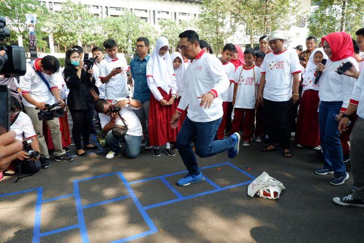 Gubernur Jawa Barat Ridwan Kamil bermain permainan tradisional bersama Kak Seto dan anak-anak SD di Gedung Sate Bandung, Selasa (24/9/2019).