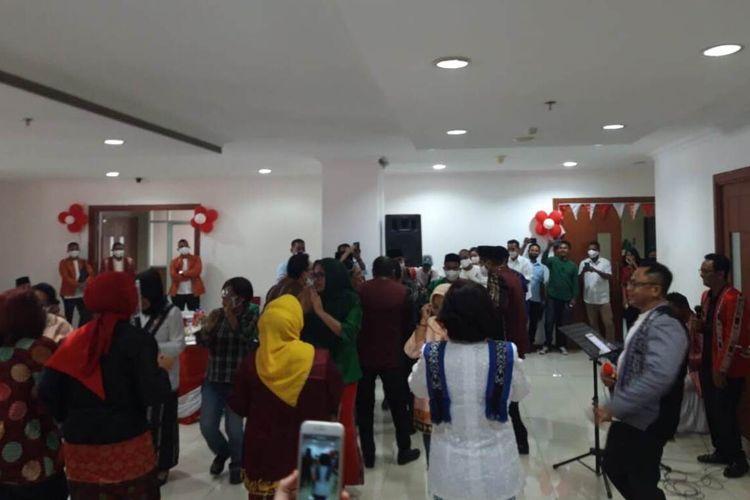 Sekretaris Daerah Maluku, Kasrul Selang bernyanyi dan berjoget bersama sejumlah pejabat usai rapat paripurna HUT ke-75 Provinsi Maluku di  Kantor DPRD Maluku, Rabu (19/8/2020).