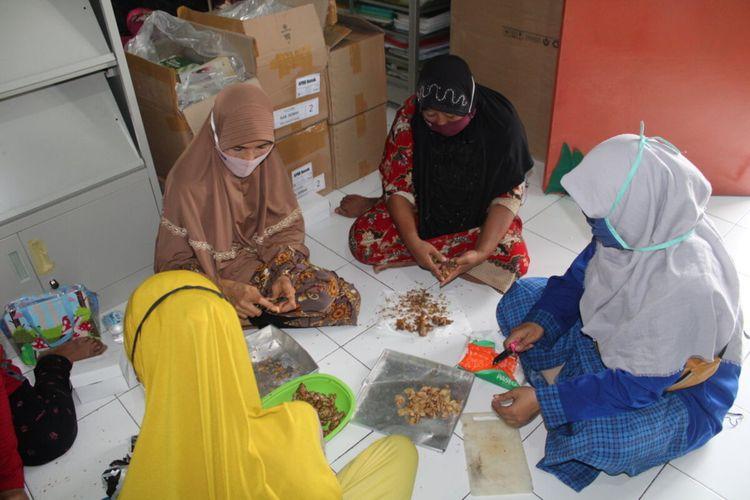 Ibu-ibu PKK bersama warga belajar saat proses pembuatan sirup jahe dalam pelatihan life skill yang digelar PKBM Mukti Utama Desa Karangsari Kecamatan Karangtengah Kabupaten Demak Jateng, Sabtu (21/11/2020)