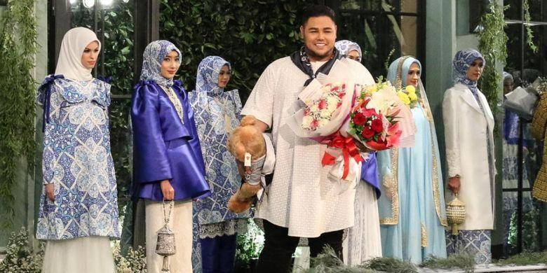 Desainer Ivan Gunawan dalam peragaan busana Raya Collection 2018 Fatamorgana di Jakarta (25/4).