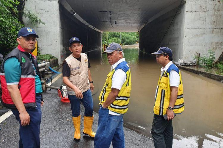 Menteri PUPR Basuki Hadimuljono meninjau lokasi terdampak banjir di Jakarta, Rabu (1/1/2020).