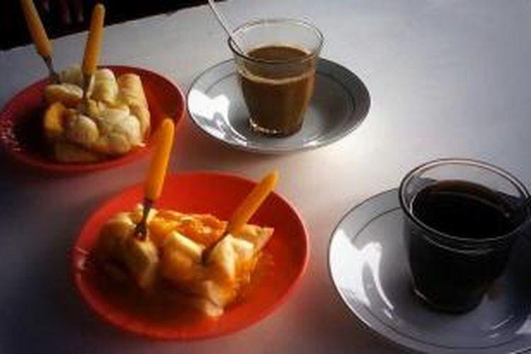 Sanger dan kopi selalu didampingi dengan roti selesai buatan rumahan yang menjadi sajian utama di warung kopi-warung kopi di Banda Aceh.