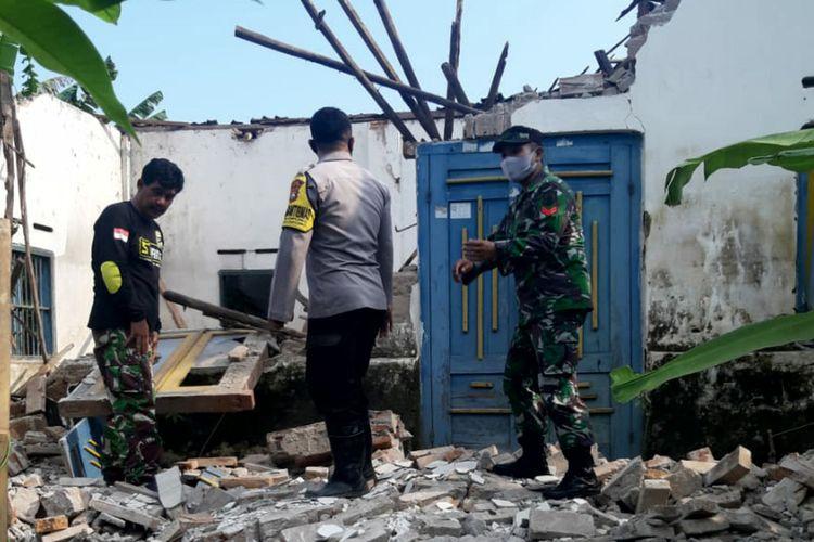 Atap dan tembok rumah warga di Kecamatan Selopuro, Kabupaten Blitar, Jawa Timur roboh akibat gempa bumi yang berpusat di selatan Kabupaten Malang, Sabtu (10/4/2021)