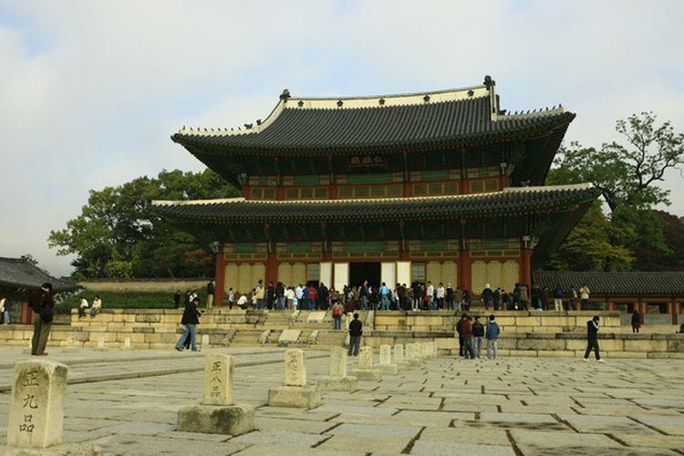 Istana Changdeokgung merupakan situs warisan UNESCO yang cocok dikunjungi saat musim gugur di Korea Selatan.