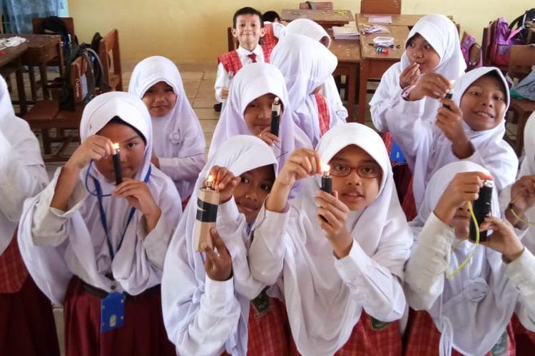 Siswa kelas empat Madrasah Ibtidaiyah Negeri (MIN) 1 Balikpapan, Kalimantan Timur terlihat antusias, gembira dan senang belajar IPA di kelas yang diampu oleh guru mereka, Wiwik Kustinaningsih.