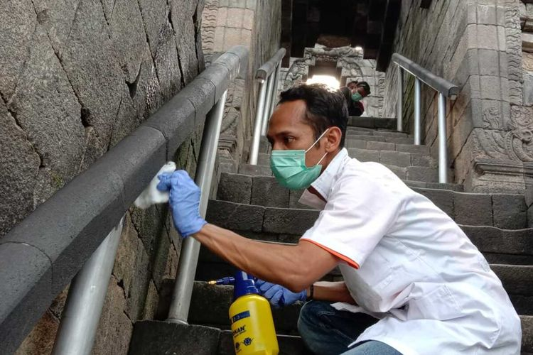 Petugas BKB menyemprot disinfektan di handrell candi Borobudur untuk mencegah penyebaran virus corona, Minggu (16/3/2020).