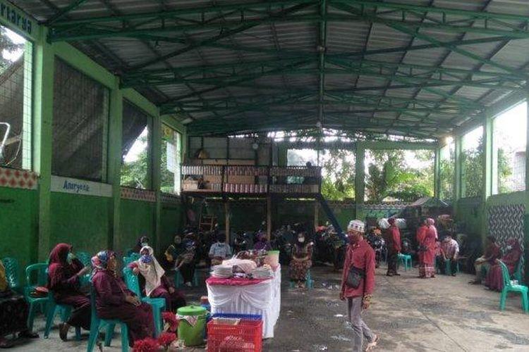 Suasana resepsi pernikahan di depo pengolahan sampah di Duren Sawit, Jakarta Timur, pada Rabu (10/2/2021).