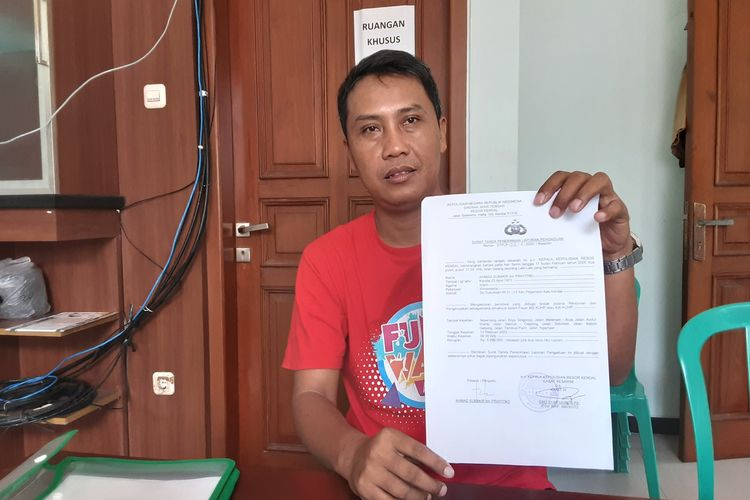 Subakir, ketua relawan yang diberi surat kuasa untuk mengadu ke Polres Oleh Bacabup. Basuki. KOMPAS.COM/ SLAMET PRIYATIN