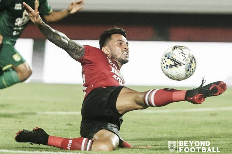 Stefano Lilipaly berusaha menjangkau bola pada pertandingan Bali United vs Persebaya Surabaya di Stadion Kapten I Wayan Dipta, Gianyar, Bali, Kamis (16/5/2019).