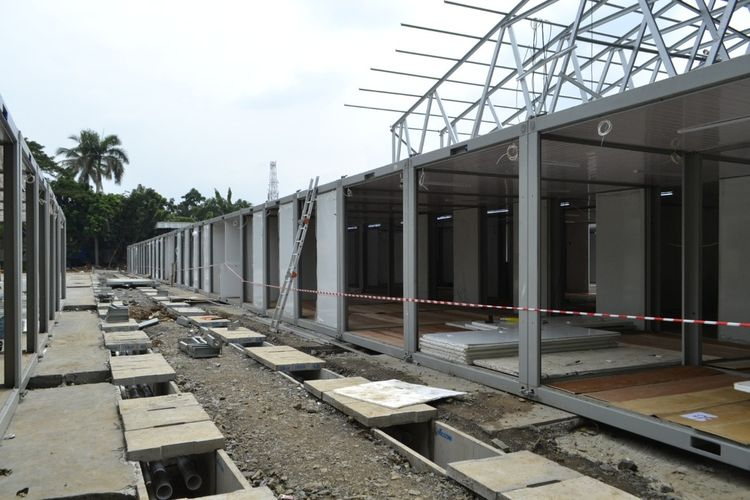 Proses pembangunan RS darurat Covid-19 di Lapangan Simprug, Jakarta Selatan