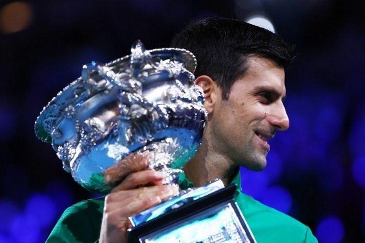 Novak Djokovic mengangkat trofi juara Australia Open 2020 setelah mengalahkan Dominic Thiem pada pertandingan final yang digelar di Rod Laver Arena, Melbourne, Minggu (2/2/2020).