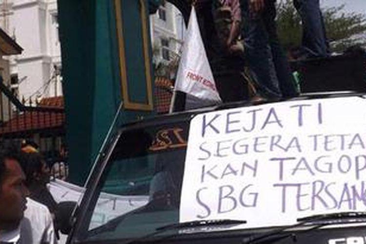 Puluhan mahasiswa asal Kabupaten Buru Selatan, Maluku Senin (28/1/2013) berunjuk rasa di Kantor Kejati Maluku, mendesak Kejati Maluku segera menetapkan Bupati Buru Selatan sebagai tersangka dalam kasus proyek rumput laut di kabupaten tersebut.