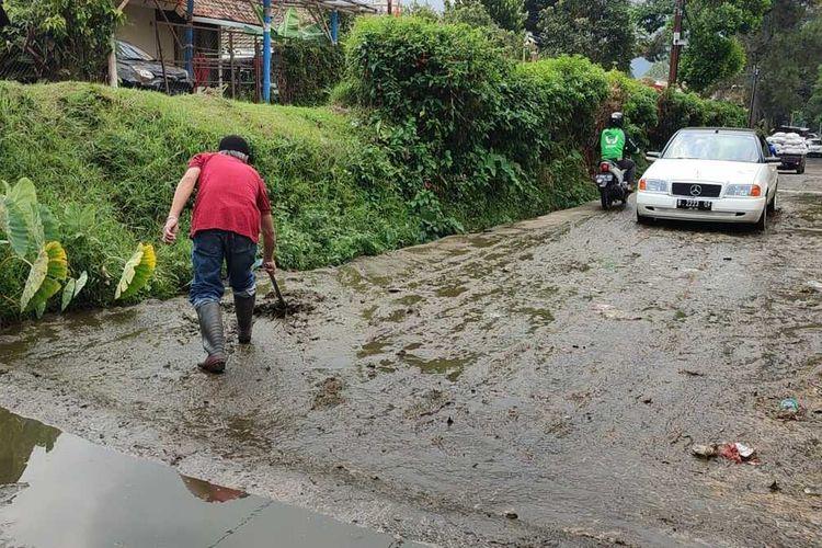 Banjir kotoran sapi melintasi pemukiman warga di Kampung Sukahaji, RT 01 RW 01 Desa Kayuambon, Kecamatan Lembang, Kabupaten Bandung Barat, Jawa Barat, pascahujan yang terjadj pada Minggu, (29/8/2021) siang.