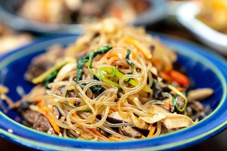 Ilustrasi kuliner Korea : bihun goreng plus sayur (japchae).