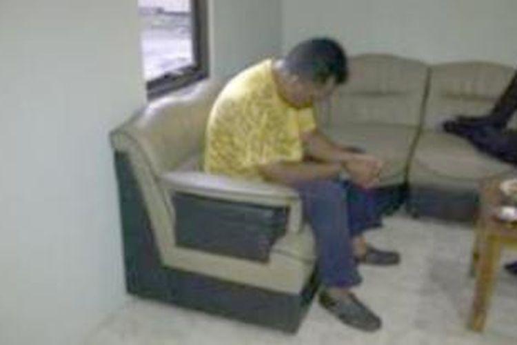 Pelatih klub sepakbola Mamat, yang dituduh melakukan sodomi kepada sejumlah anak didiknya.