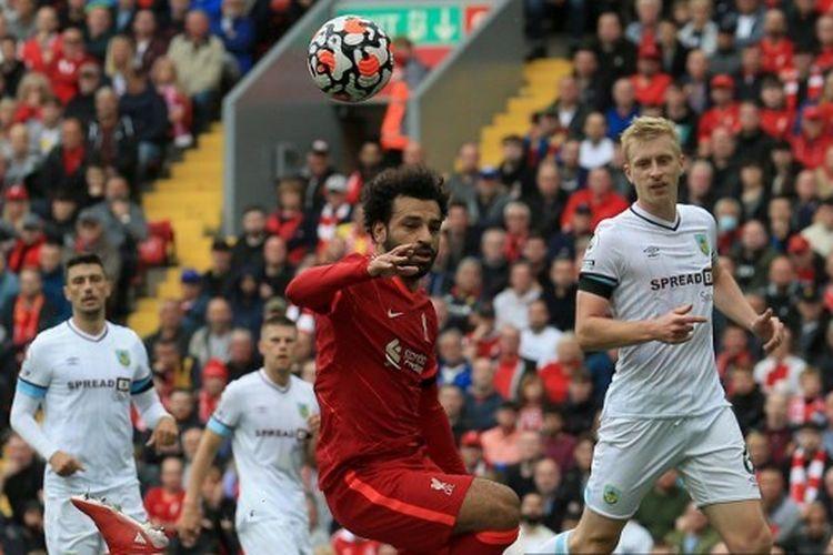 Penyerang Liverpool, Mohamed Salah, berduel dengan James Tarkowski dalam laga Liga Inggris 2021-2022 melawan Burnley di Stadion Anfield, 21 Agustus 2021.