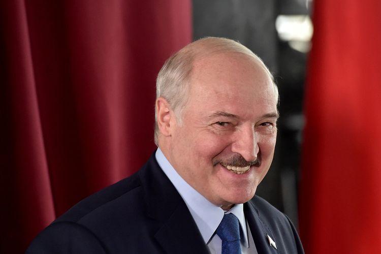 Presiden Belarus Alexander Lukashenko mengunjungi bilik suara dalam pemilihan presiden di Minsk, pada 9 Agustus 2020.