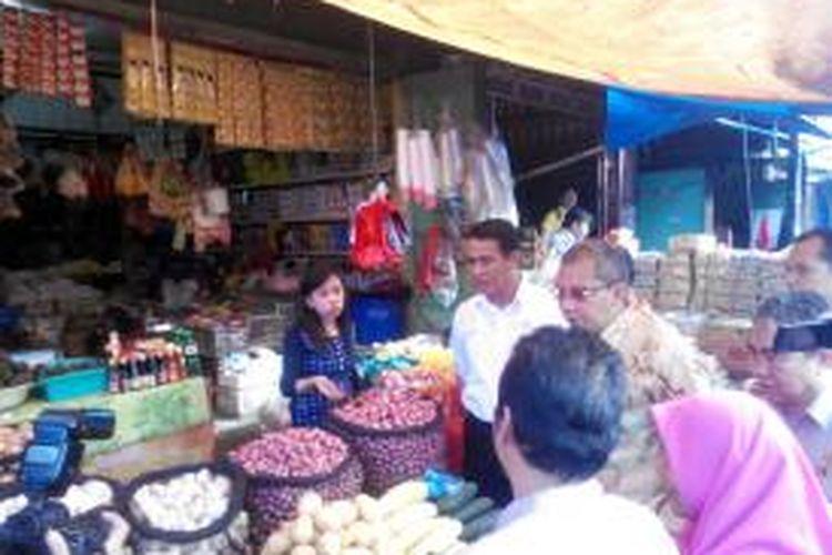 Didampingi Walikota Makassar, Danny Pomanto, Mentan Andi Amran Sulaiman, Sabu (6/6/2015), mendapati harga bawang merah lokal dari Bantaeng Rp16 ribu-Rp20 ribu per kilogram. Sementara itu, bawang dari Bima (lebih harum) Rp 40 ribu per kilogram.