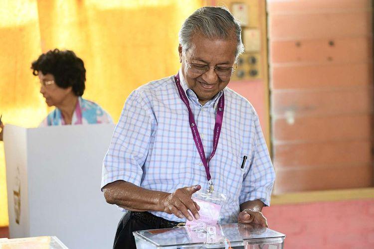 Politisi senior Malaysia, Mahathir Mohamad dari koalisi Pakatan Harapan, saat memberikan suaranya dalam pemilhan umum, di tempat pemungutan suara di Alor Setar, Malaysia, Rabu (9/5/2018). Pemilu yang berlangsung hari ini menjadi pertarungan sengit Perdana Menteri Petahana Najib Razak, dan mantan PM Mahathir Mohamad.