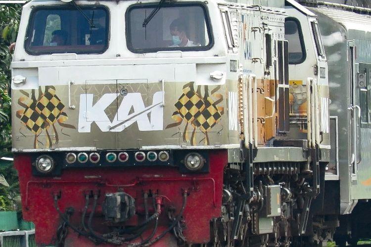Kereta api Argo Wilis ditarik lokomotif CC 206 13 95 dengan livery spesial Ramadhan.