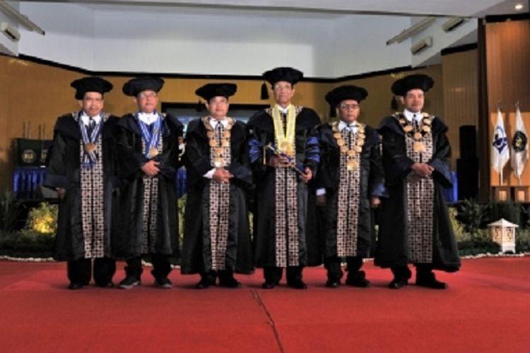 Penganugerahan gelar Doktor Honoris Causa bidang Manajemen Pendidikan Karakter Berbasis Budaya kepada Sri Sultan Hamengku Buwono X dari Universitas Negeri Yogyakarta (UNY).