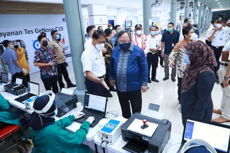 Menteri Riset dan Teknologi Bambang PS Brodjonegoro bersama Menteri Perhubungan Budi Karya Sumadi saat mengunjungi Stasiun Pasar Senen guna meninjau uji coba penerapan alat skrining Covid-19 GeNose C19 di Stasiun Pasar Senen, (3/2/2021).