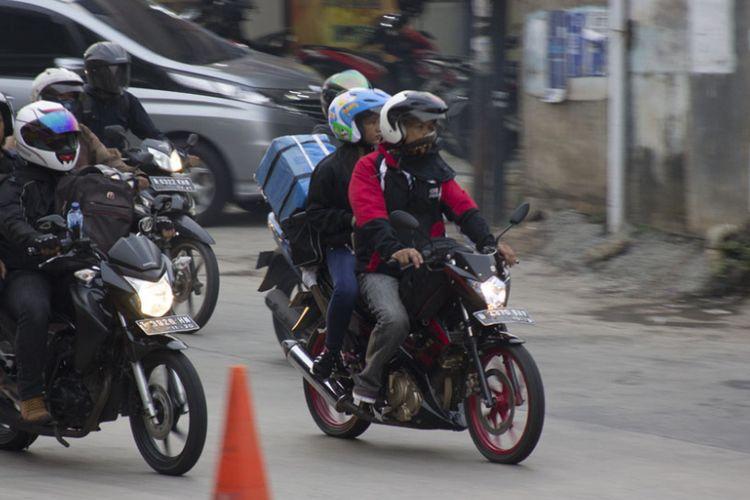 Pemudik motor melewati jalur Kalimalang menuju Bekasi, Kamis (22/6/2017)