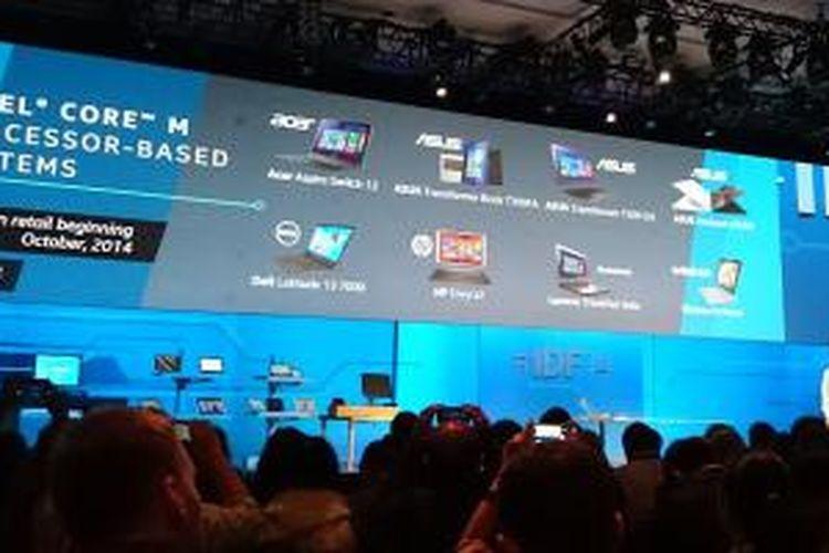 Kirk Saugen, Senior Vice President and General Manager PC Client Group Intel memperlihatkan perangkat 2 in 1 berbasis Core M yang bakal tersedia pada Oktober mendatang.