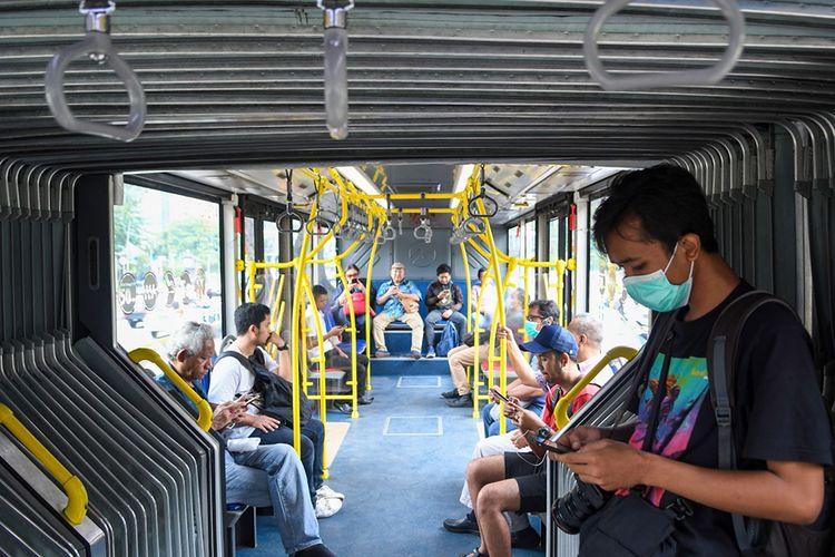 Sejumlah penumpang menaiki bus Transjakarta di Jakarta, Selasa (17/3/2020). PT Transjakarta akan menambah rute perjalanan menjadi 123 rute dan menambah jam operasional, hal ini untuk mengurangi antrean panjang yang terjadi di beberapa halte pada Senin (16/3/2020) kemarin.