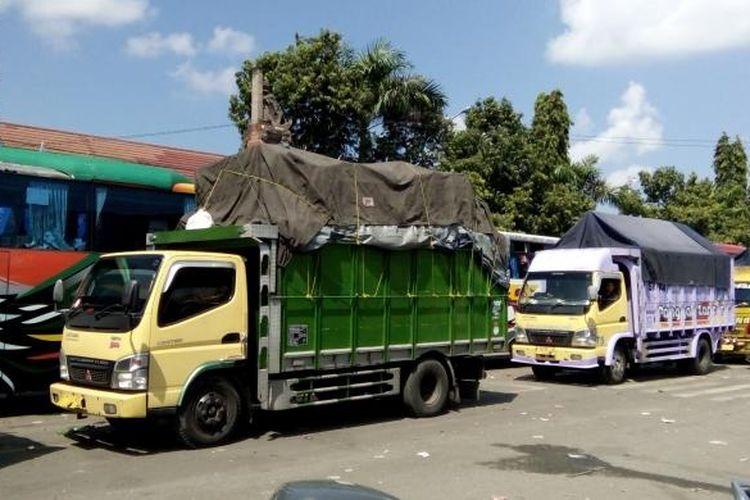 Antrean truk menuju jembatan timbang di Gilimanuk, Jembrana Bali.
