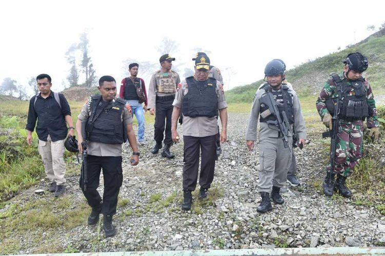 Kapolda Papua Irjen Paulus Waterpauw ketika meninjau lokasi penembakan bus karyawan Freeport, Senin (13/1/2020).