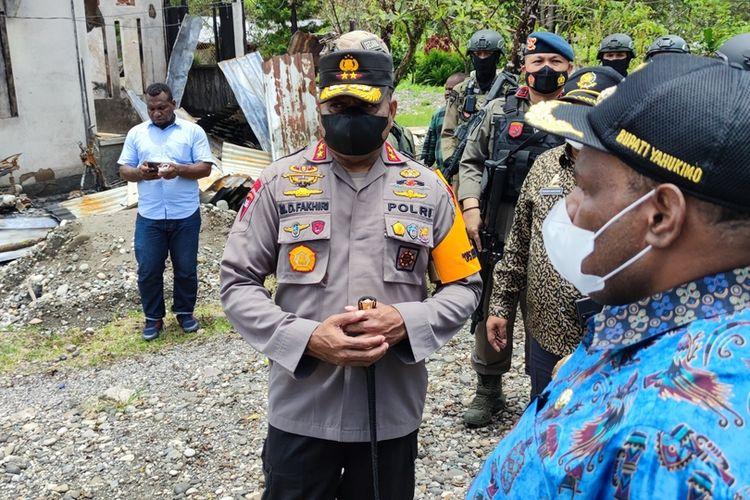Kapolda Papua, Irjen Mathius D Fakhiri, bersama Bupati Yahukimo, Didimus Yahuli, meninjau lokasi kericuhan Yahukimo, di Distrik Dekai, Papua,, Jumat (8/10/2021)