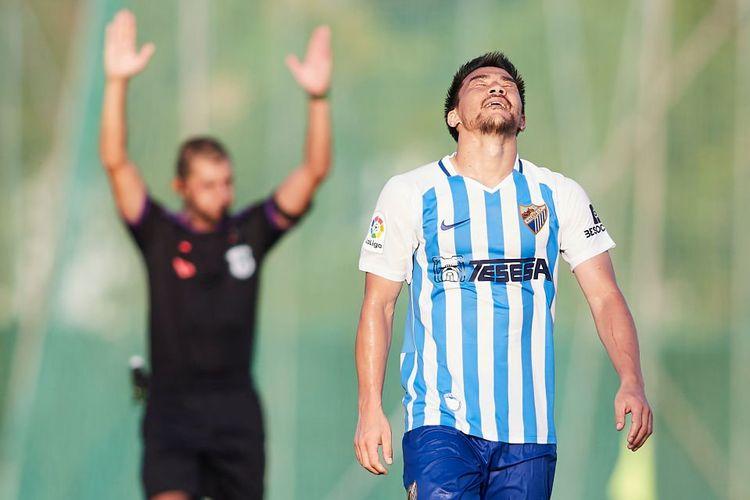 Penyerang asal Jepang, Shinji Okazaki, saat memperkuat klub kasta kedua Liga Spanyol, Malaga CF, pada sebuah ajang pramusim jelang kompetisi 2019-2020.