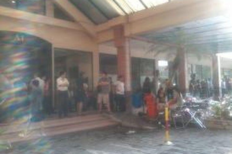 Suasana kantor Sekretariat Pengurus Pengelola Rumah Susun (PPRS) di Apartemen Cempaka Mas setelah dirusak puluhan orang beratribut organisasi massa, Selasa (28/1/2014).