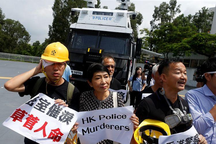 Anggota parlemen pro-demokrasi Hong Kong saat menghadiri demonstrasi penggunaan kendaraan meriam air di kompleks Unit Taktis Polisi di Hong Kong, Senin (12/8/2019).