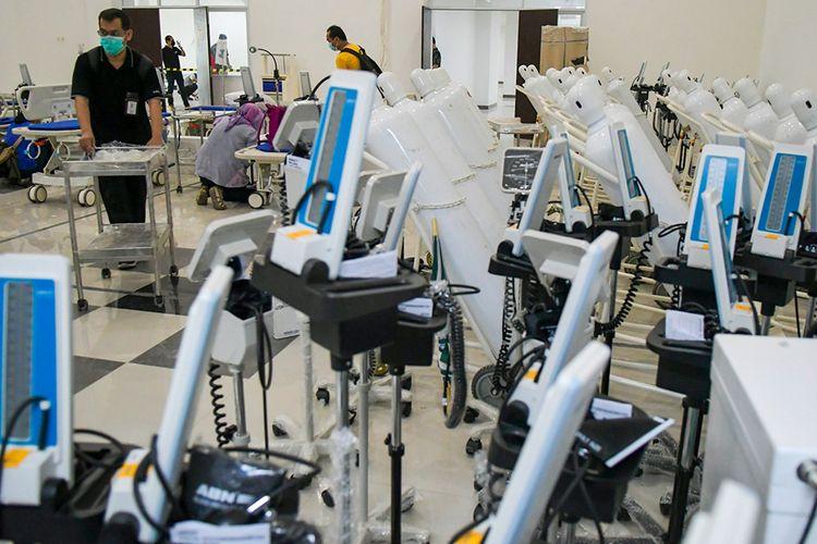 Petugas mempersiapkan alat medis di RS Darurat Covid-19, kompleks Wisma Atlet di Kemayoran, Jakarta, Minggu (22/3/2020). Pemerintah menyiapkan 2.500 kamar tidur di tower enam dan tujuh Wisma Atlet yang digunakan sebagai RS Darurat Covid-19 untuk penanganan pasien Covid-19.