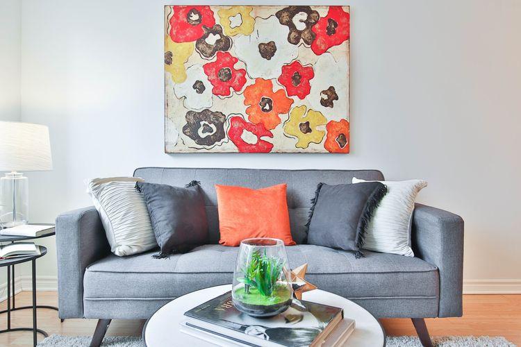 Ilustrasi sofa di ruang keluarga.