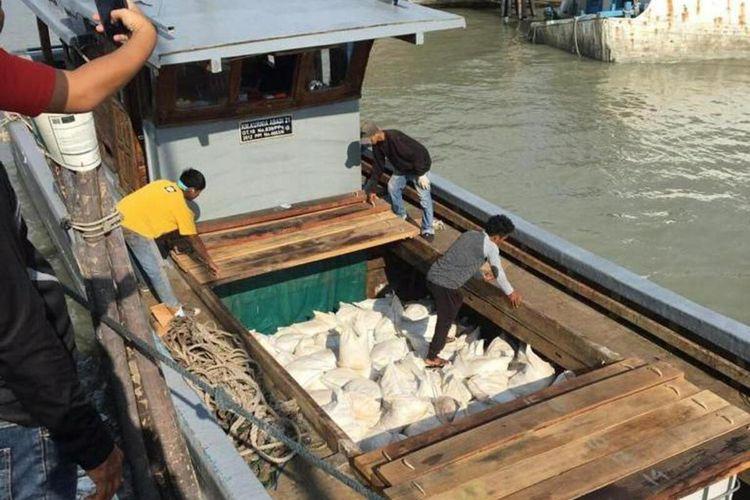 Penyeludupan pasir timah senilai Rp 2,7 miliar ke Malaysia kembali terjadi. Hal terbukti setelah Kapal Patroli Laut Kantor Wiliayah Direktorat Jendral Bea dan Cukai (DJBC) Khusus Kepri berhasil menggagalkan upaya penyelundupan tersebut, Sabtu (31/11/2020) malam kemarin. Pasir timah tersebut diangkut oleh Kapal KMN Kurnia Abadi-21 atau KM Harapan Baru-5 yang berangkat dari Batam, Kepulauan Riau (Kepri) yang akan dibawa menuju Malaysia.