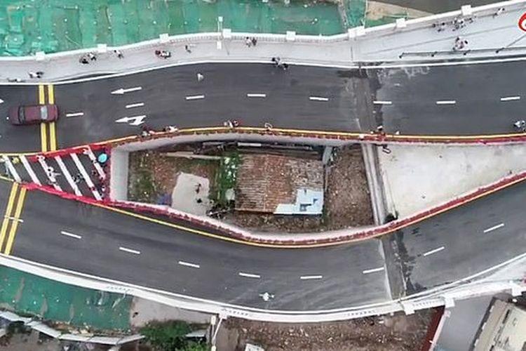Rumah di tengah jalan layang Haizhuyong Bridge, di kota Guangzhou, Provinsi Guangdong, China.